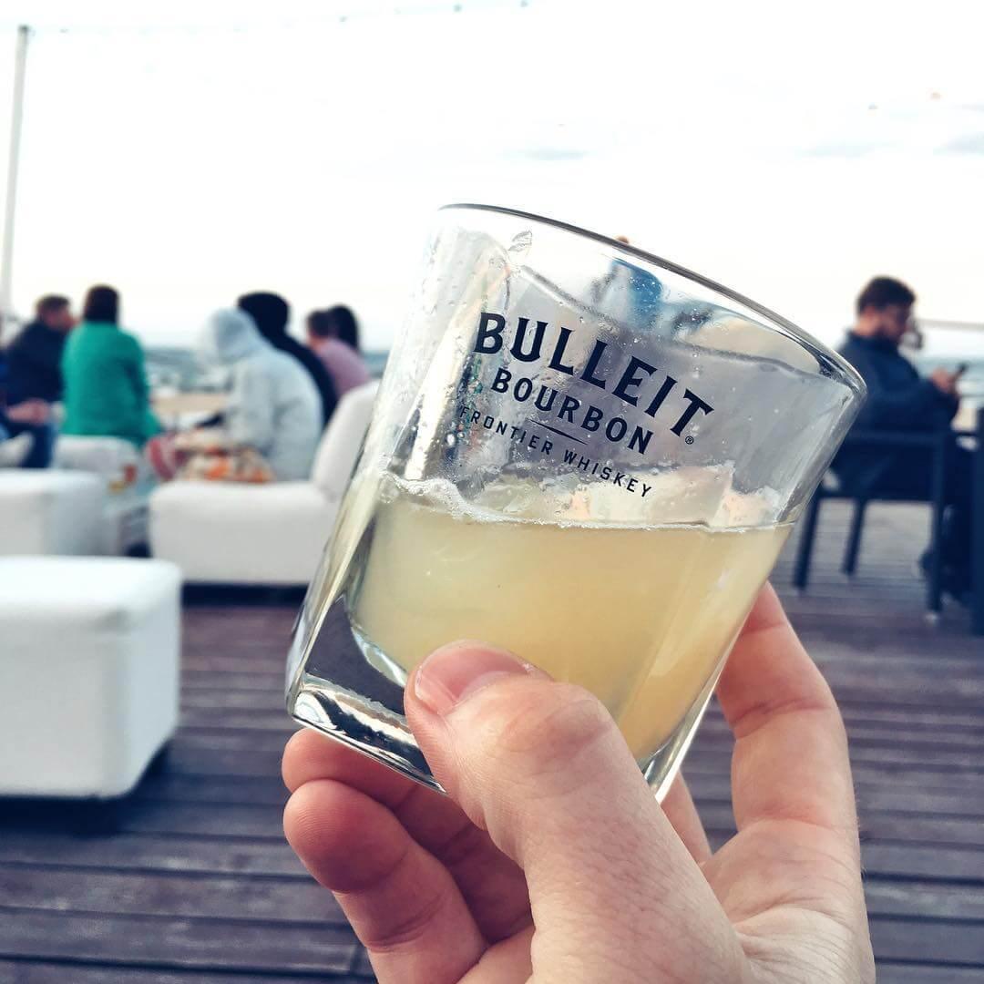 Szklanka z koktajlem Bulleit Bourbon Sour