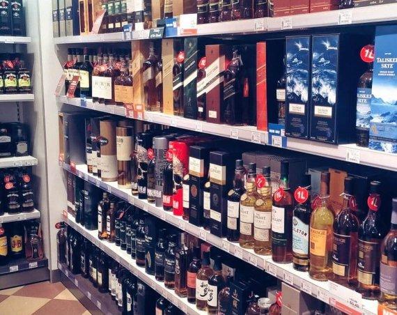 Kilkanaście butelek whisky single malt w sklepie wolnocłowym
