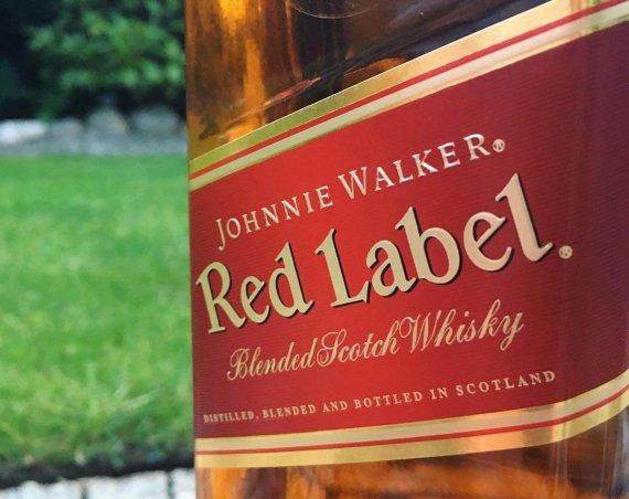 Butelka z czerwoną etykietą Johnnie Walker Red Label