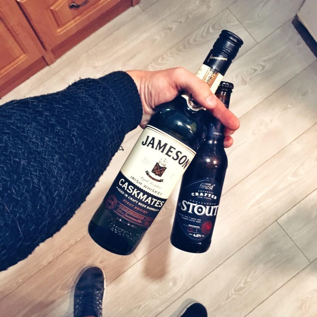Piwo typu Stout wraz z butelką whisky ameson Caskmates Stout Edition