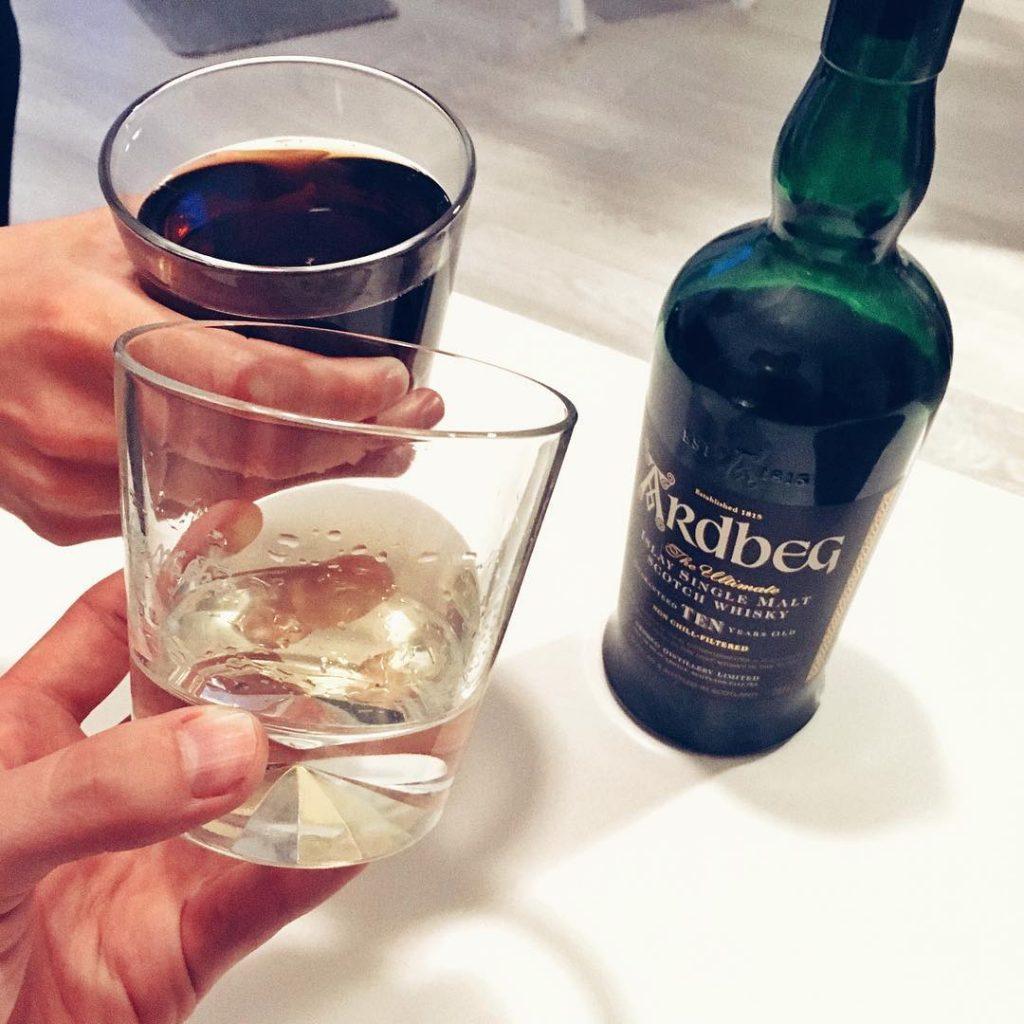 Ardbeg whisky 10 soute i z colą