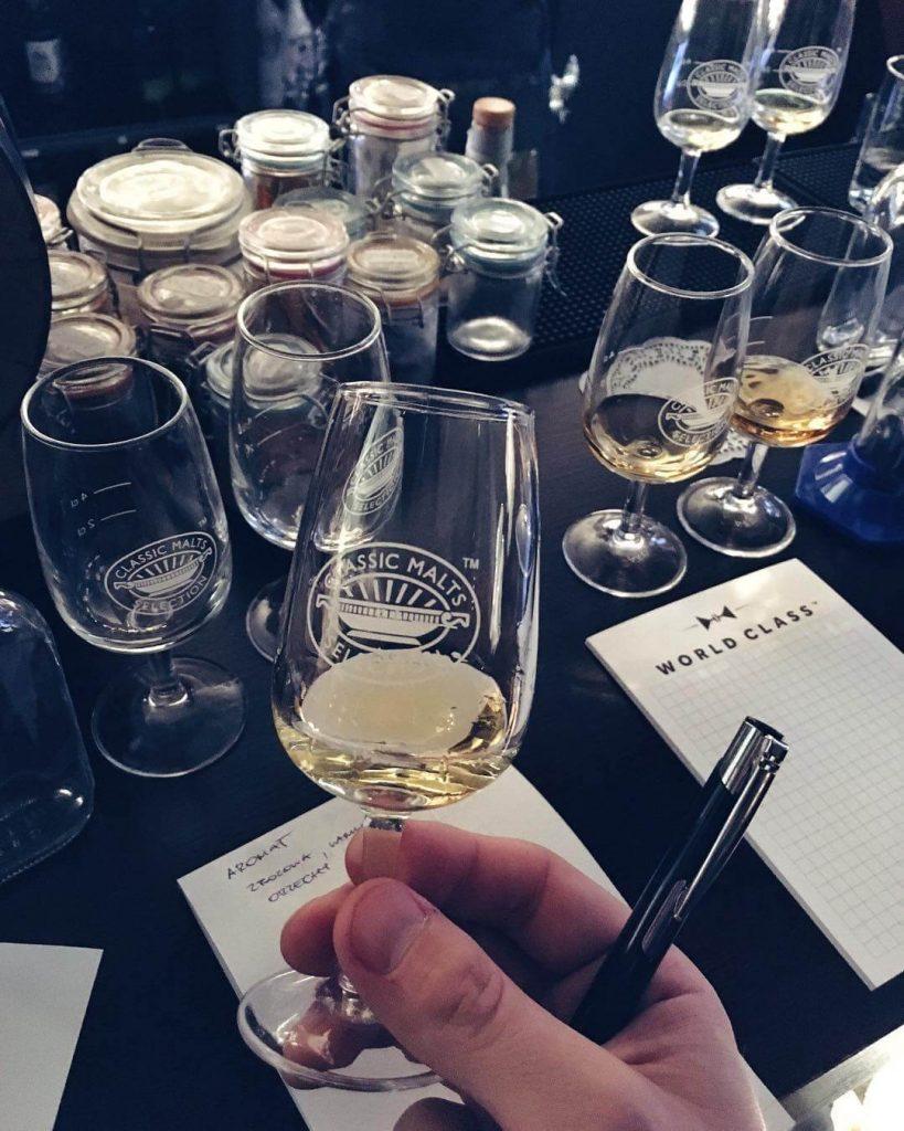 jak pić whisky z kieliszka degustacyjnego