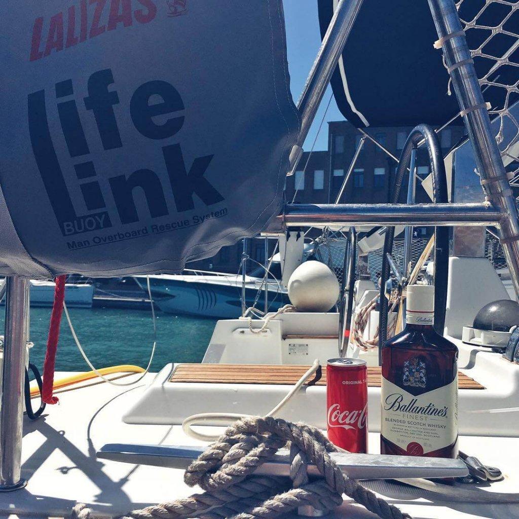 Butelka whisky Ballantine's Finest z Coca Colą
