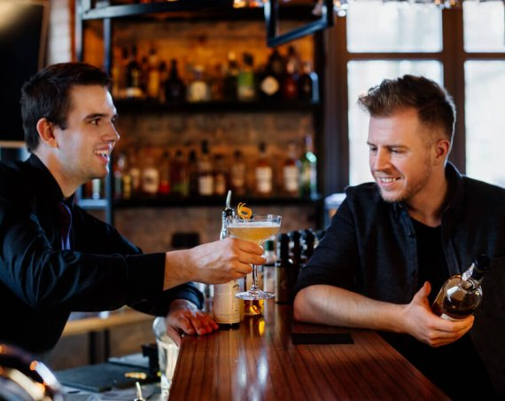Drink Penicylina podawany przez barmana