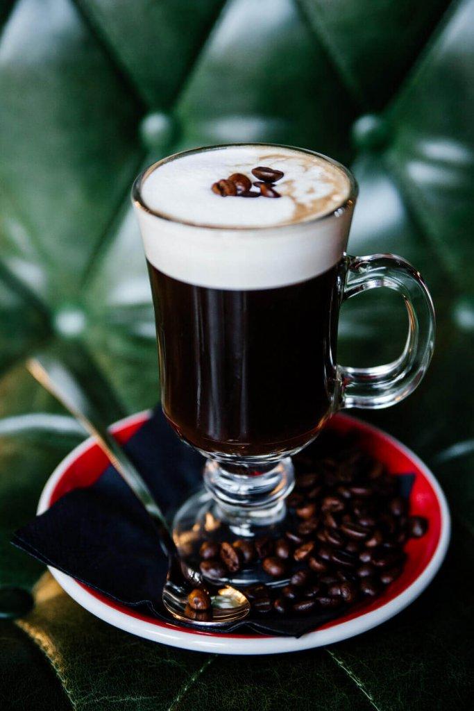 Irish Coffee w szklance z uchem